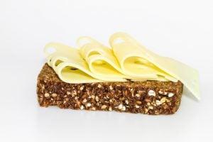 Vollkornbrot mit Käse enthält Zink und Chrom